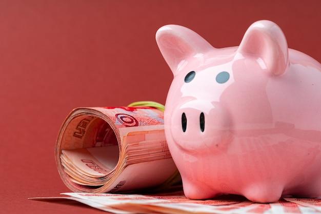 多通貨バスケットのコンセプト。ロシアルーブルの紙幣で貯金