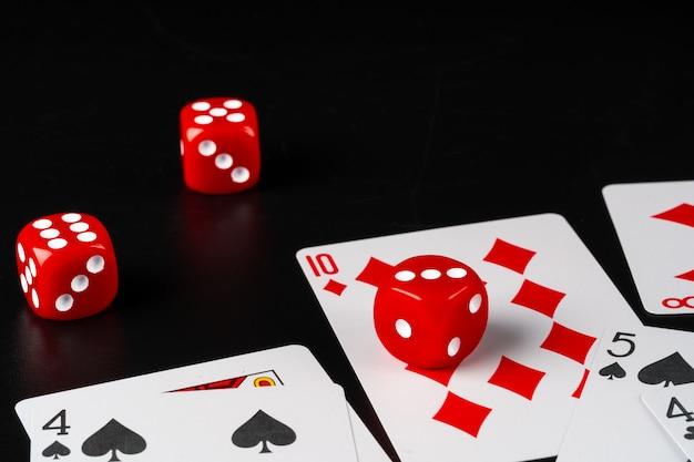 テーブルに散らばるサイコロとカードをクローズアップ
