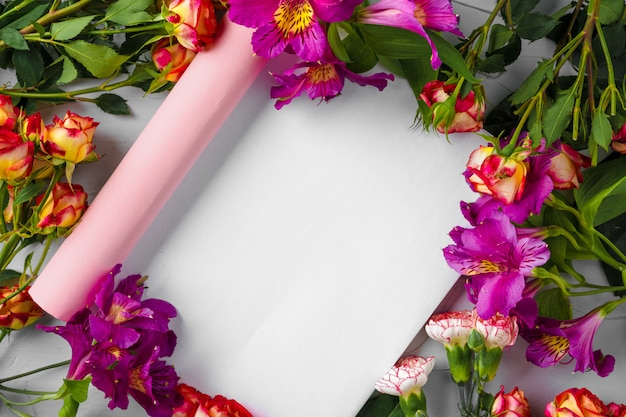 新鮮な花で飾られた雑誌のページのモックアップ