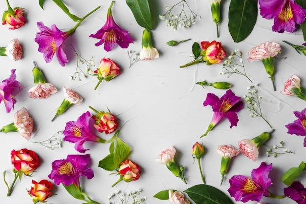 コピースペースを持つ新鮮な花の背景