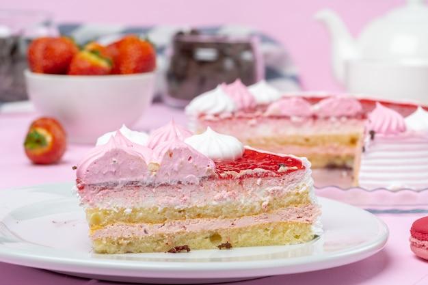 Домашний кремовый слоеный бисквитный торт с клубникой