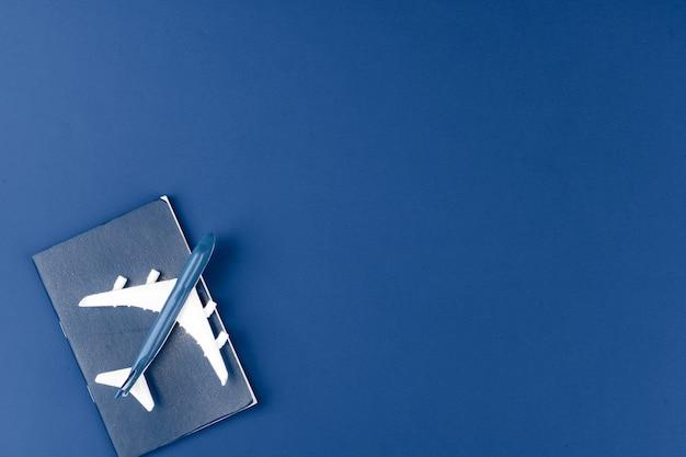 古典的な青い背景、上面におもちゃの飛行機
