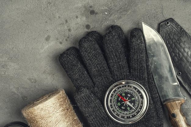 Натюрморт с инструментами для походов или путешествий с компасом