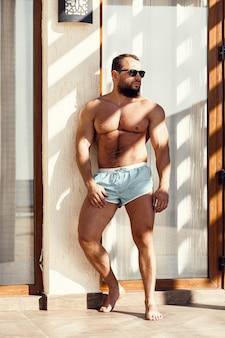 水着とサングラスでハンサムなフィット男の肖像