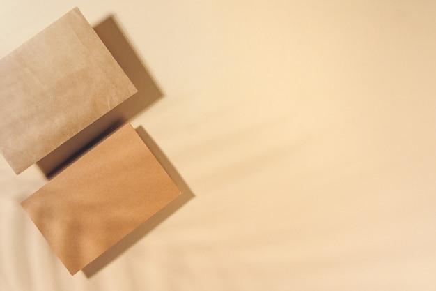 ベージュ色の背景の上面にクラフト紙の手紙