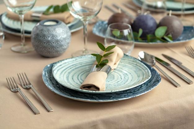 Сервировка стола в ресторане со стильным декором