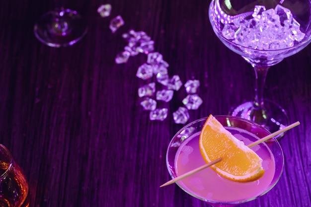 アルコールカクテルオレンジスライスを添えてクローズアップ