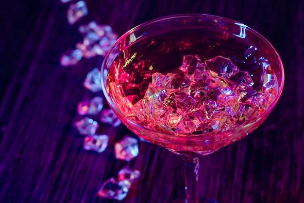 Коктейльные напитки со льдом в клубных огнях