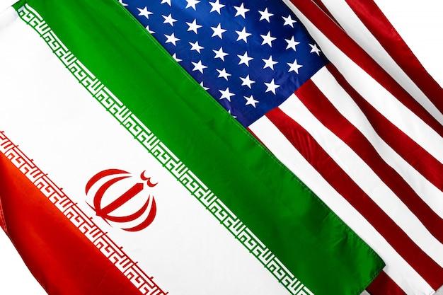 アメリカ合衆国の国旗と一緒にイランの国旗