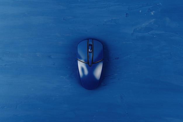 Вид сверху компьютерной мыши на классический синий цвет