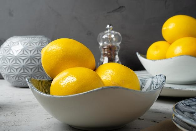 Новая керамическая посуда с несколькими лимонами для украшения
