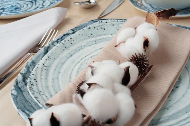 綿棒で飾られた美しいテーブルセッティング