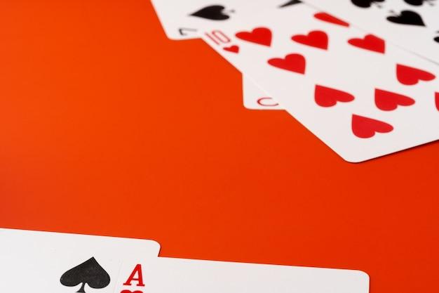 Игральные карты на фоне бумаги