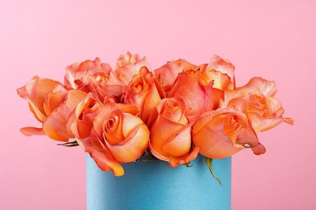 Картонная коробка с розами