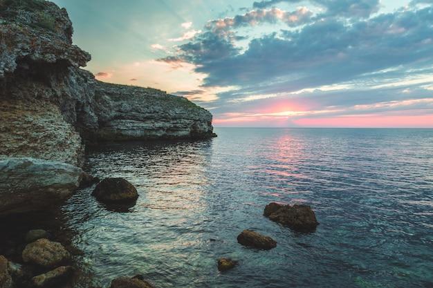 Блестящие каникулы назначения пляж восход и морские скалы