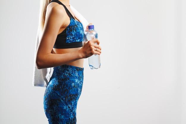 Обрезанный снимок фитнес женщина позирует с полотенцем