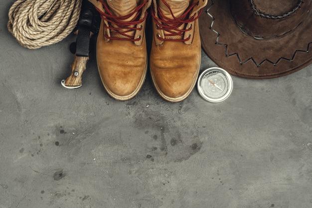 Походные ботинки, компас и нож. туризм на открытом воздухе