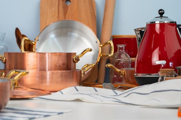 清潔な調理器具、調理器具はモダンなキッチンのテーブルの上にクローズアップ