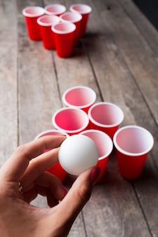 Игра пивной понг на деревянном столе