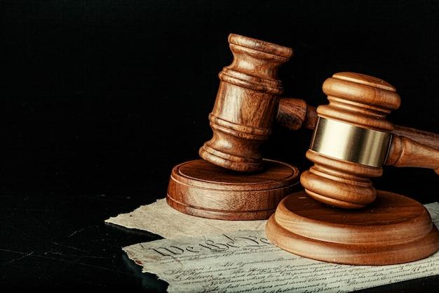Коричневый деревянный молоток на американской декларации независимости
