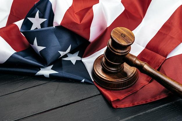 Судья молоток на флаге соединенных штатов америки