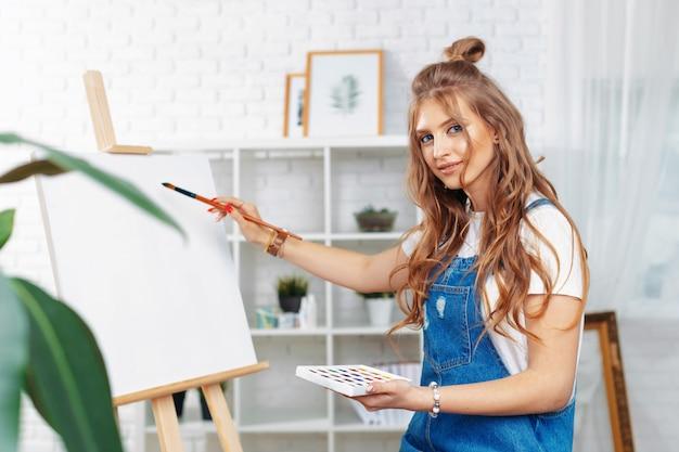 イーゼルにかなり才能のある女性画家の絵