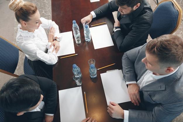 Группа занятых деловых людей, работающих в офисе, вид сверху