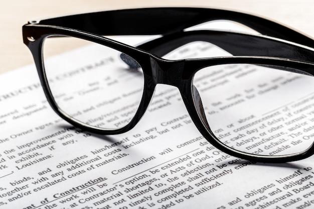 ドキュメントペーパービジネスコンセプトに眼鏡のショットを閉じる