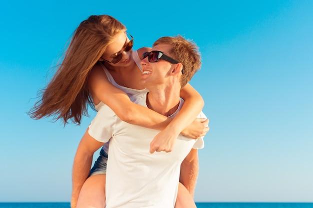ビーチで夏のカップル