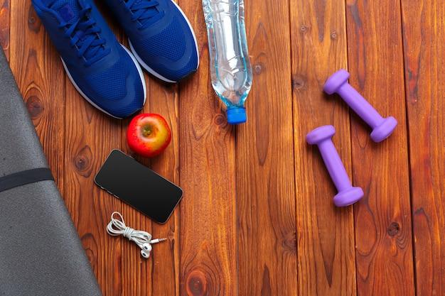 スニーカー、ダンベルとフィットネスの概念