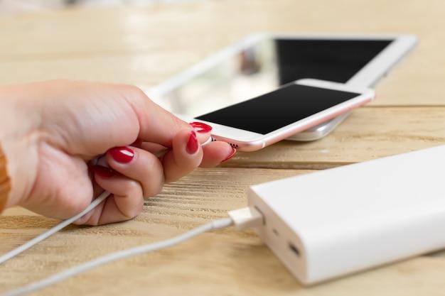 パワーバンクでスマートフォンを充電