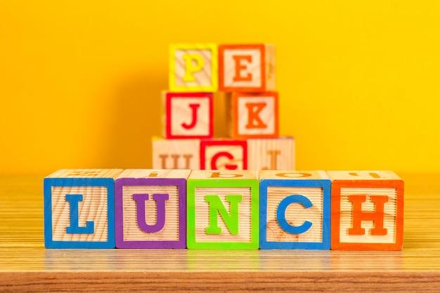 Деревянные блоки алфавита с буквами