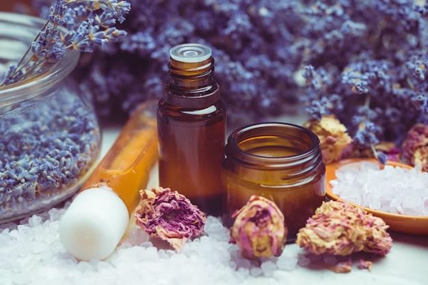 Лаванда для ухода за телом. ароматерапия, спа и концепция естественного здравоохранения