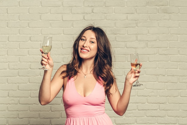 Счастливого тебе нового года. одна молодая и красивая женщина танцует с бокалом шампанского