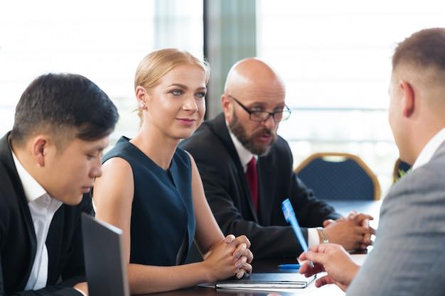 Деловые люди работают вместе за столом конференции