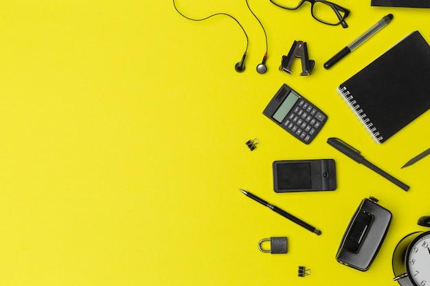 黄色の背景で学校やオフィス用品