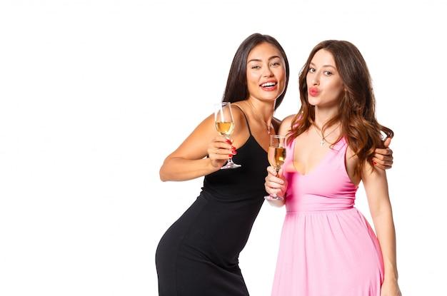Молодые женщины с бокалами шампанского на празднике