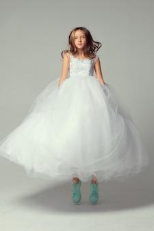 ドレスのきれいな女の子