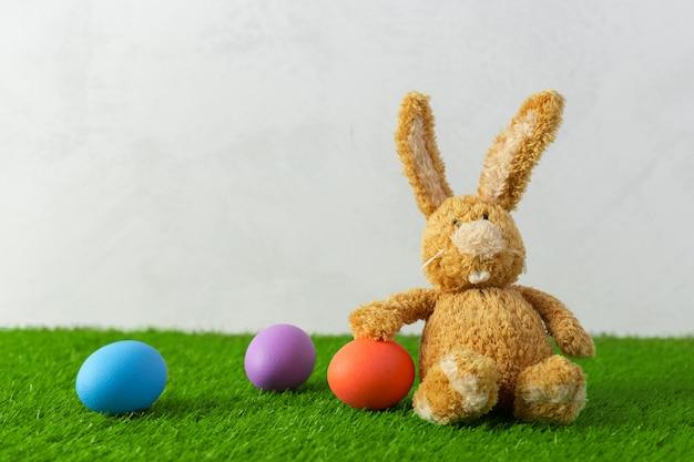 Пасхальные яйца на траве