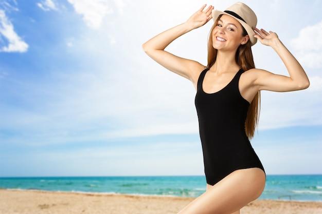 Молодая привлекательная женщина в купальнике