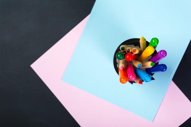 Школьные и офисные принадлежности на доске