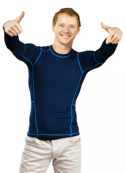 Дружелюбный приятный человек в спортивном наряде на белом фоне