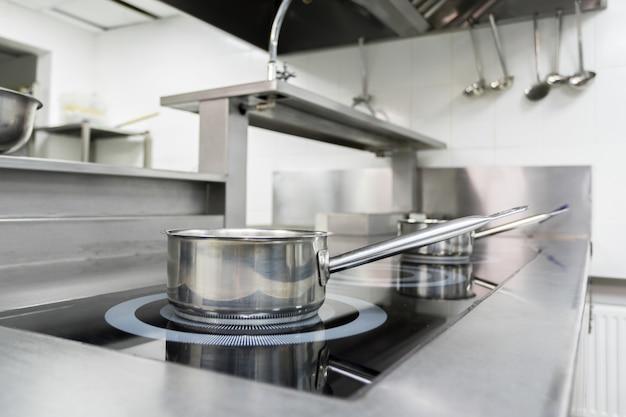 Прилавок в современной кухне ресторана