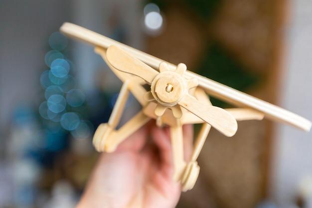手でおもちゃの飛行機