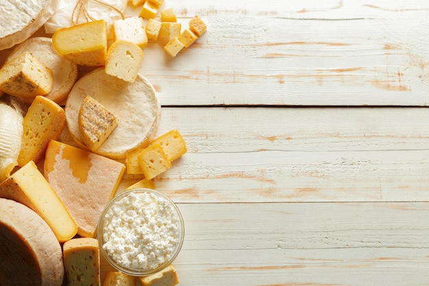 木製のテーブルの上のチーズ