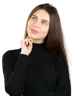 Молодая задумчивая женщина мечтает на белом фоне