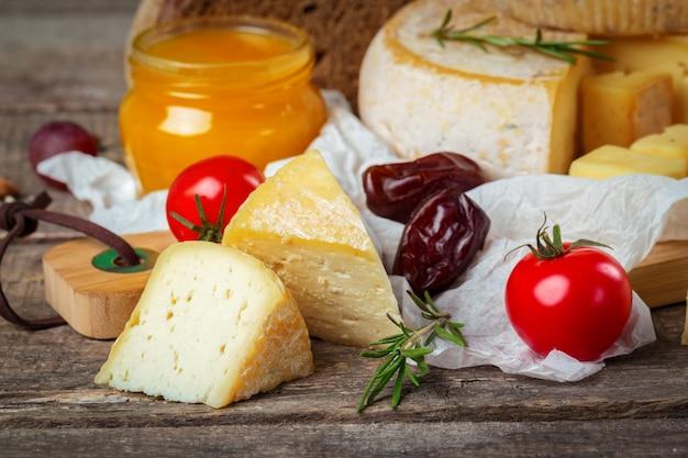 Сыр на деревянном столе