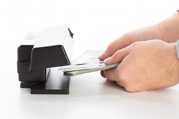 Проверка денег, изолированные на белом