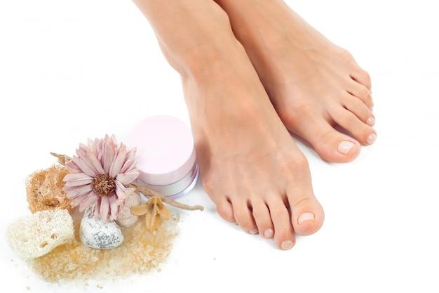 Красивые женские ноги в спа салоне