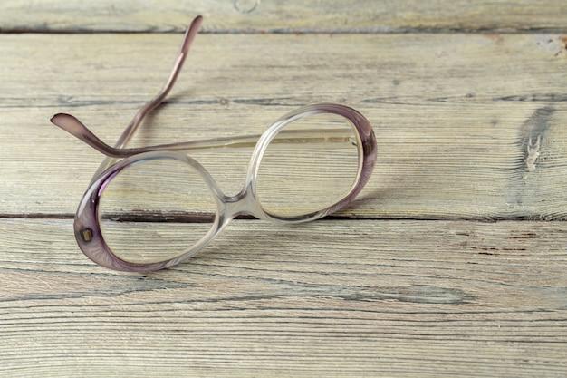 木製テーブルの上の眼鏡